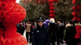 Люди идут под красные фонарики на виске Ditan справедливо во время фестиваля весны в Пекине, China1 видеоматериал