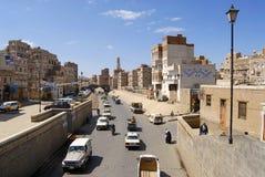 Люди идут улицей города Sanaa в Sanaa, Йемене Стоковые Изображения