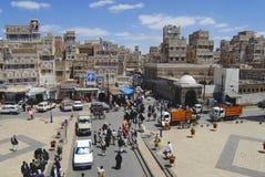 Люди идут улицей города Sanaa в Sanaa, Йемене Стоковое Изображение RF