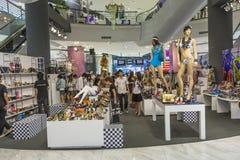 Люди идут ходить по магазинам в мире централи торгового центра Стоковое Фото