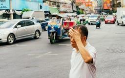 Люди идут через дорогу Стоковые Фото