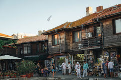 Люди идут через улицы старое nesebar на заходе солнца Стоковая Фотография RF