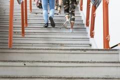 Люди идя вверх по лестницам Стоковые Фотографии RF