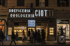 Люди идя вниз с улицы на ноче в Риме, Италии Стоковые Фотографии RF
