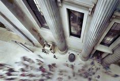 Люди идя внутри великобританского музея Стоковые Изображения RF