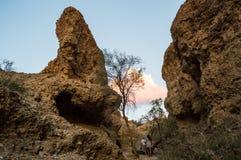 Люди идя внутри каньона на заходе солнца, Намибии Sesriem Стоковое фото RF