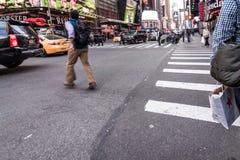 Люди идя вокруг зданий Таймс площадь в Нью-Йорке, twillight Стоковая Фотография