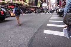 Люди идя вокруг зданий Таймс площадь в Нью-Йорке, twillight Стоковые Фотографии RF