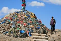 Люди идя вокруг ovoo, Монголии Стоковые Фото