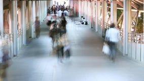 Люди идя в город, занятое движение к метро сток-видео