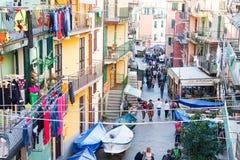 Люди идя в главную улицу или Vernazza, Италию стоковая фотография
