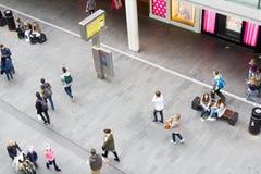 Люди идя в Ливерпуль один торговый центр Стоковые Изображения RF