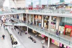 Люди идя в Ливерпуль один торговый центр Стоковое фото RF