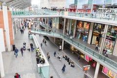 Люди идя в Ливерпуль один торговый центр Стоковое Изображение RF