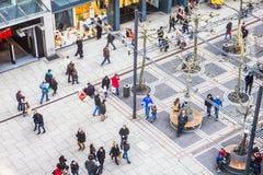 Люди идя вдоль улицы Zeil в Франкфурте, Германии стоковые изображения