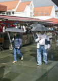 Люди идя в рынок Бергена Стоковые Изображения