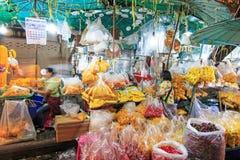 Люди идя в рынок ночи цветка Стоковое Изображение RF