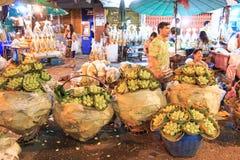 Люди идя в рынок ночи цветка Стоковые Фото