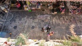 Люди идя в рынок старого timelapse Иерусалима города сток-видео