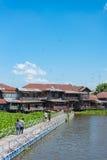 Люди идя в рынок Sriprachan старый, Таиланд Selecti Стоковое Изображение RF