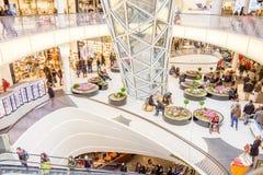 Люди идя в торговый центр MyZeil в Fran Стоковые Изображения