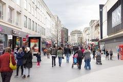 Люди идя в улицу St. John, Ливерпуль одно Стоковое Изображение