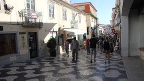 Люди идя в центр Cascais, Португалии сток-видео