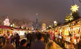 Люди идя в markt рождества страны чудес зимы ` s Гайд-парка паркуют, Лондон Стоковая Фотография RF