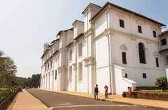 Люди идя за исторической церковью Св.а Франциск Св. Франциск Assisi были построены в 1661 Место всемирного наследия Unesco Стоковое Изображение RF