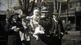 1937: Люди идя за центром города старой телеграммы строя акции видеоматериалы