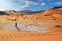 Люди идя между большие дюны в пустыне Namib, в Sossu Стоковые Фото