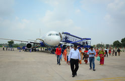 Люди идя на авиапорт в Сринагаре, Индии стоковое фото