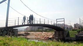 Люди идя на мост, индюк, 2016 сток-видео