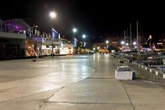 Люди идя на набережную в городе Ялты в ноче Стоковые Фото