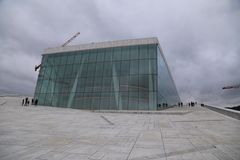 Люди идя на оперный театр Осло Стоковое Изображение RF