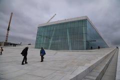 Люди идя на оперный театр Осло Стоковые Фото