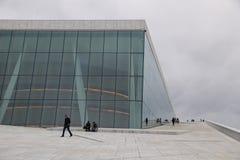 Люди идя на оперный театр Осло Стоковое Фото