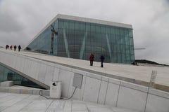 Люди идя на оперный театр Осло Стоковое фото RF