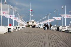 Люди идя на пристань Sopot, Балтийское море стоковая фотография