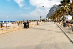 Люди идя на пляжное каподастра San Vito Lo, Италии Стоковые Изображения RF
