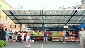 Люди идя на рынок в Rovinj акции видеоматериалы