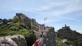 Люди идя на стены замка причаливают, Sintra, Португалия сток-видео