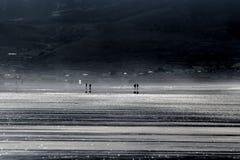 Люди идя на стренгу дюйма Стоковые Изображения