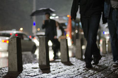 Люди идя на тротуар Стоковое Изображение