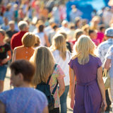 Люди идя на улицу города Стоковое Изображение RF