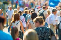 Люди идя на улицу города Стоковая Фотография