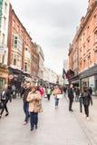 Люди идя на улицу Grafton, Дублин, Ирландия стоковые фотографии rf