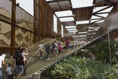 Люди идя на th приостанавливали сеть на external бразильского павильона стоковое фото rf
