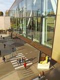 Люди идя около мола Iasi дворца Стоковые Изображения