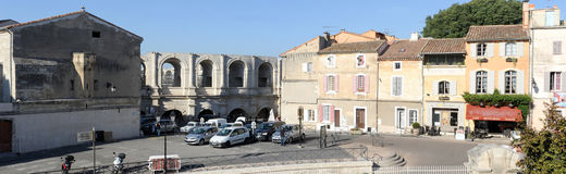 Люди идя перед amphithater на Arles Стоковые Фото